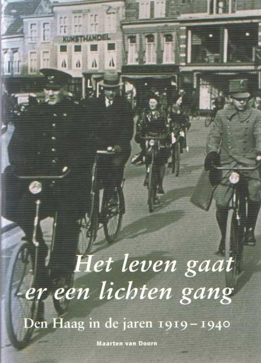 DOORN, MAARTEN VAN - Het leven gaat er een lichten gang. Den Haag in de jaren 1919-1940.